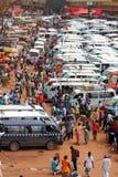 Liv i en afrikansk bussstation Arkivfoton