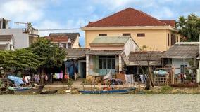Liv i Hoi An längs Thu Bon River royaltyfri fotografi