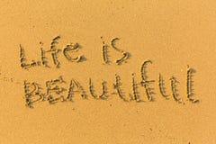 Liv är härligt - smsa skriftligt på den sandiga stranden Natur Arkivfoton