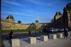 Liv sina och flödar på Louvre arkivfoto