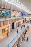 Livat-Einkaufszentrum inteirior mit Käufern, Peking, China stockfoto