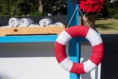 Livboj eller lifesaver som hänger på simbassängen Arkivbild
