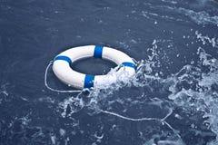 Livboj lifebelt, lifesaver i havstorm som hjälp, hoppconce Royaltyfria Bilder