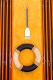 Livboj och skovel på väggen royaltyfri bild