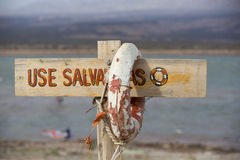 Livboj och tecken som är farliga för att simma, sjö av vind, Argentina Arkivbild