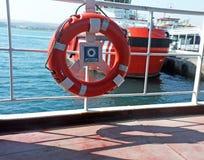 Livbojet hängde på sidostängerna av fartyget Royaltyfri Bild
