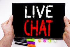Live Chat text som är skriftlig på minnestavlan, dator i kontoret med markören, penna, brevpapper Affärsidé för att prata kommuni Arkivfoto