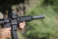 Live Fire Machine Gun mit Schalldämpfer Stockfotografie