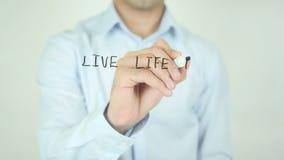 Live Life To The Fullest som skriver på skärmen arkivfilmer