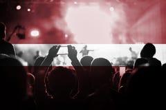 Live-Musik-Konzert mit der Mischung von Lettland-Flagge auf Fans stockfotografie