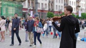 Live-Musik, Violinist spielt auf Geige auf Stadtbereich für Leute stock video footage