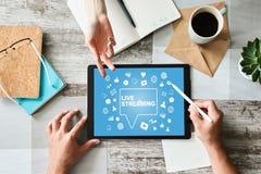 Live que fluye en la pantalla difusión Concepto del márketing de Internet imágenes de archivo libres de regalías