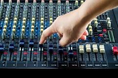 Live Sound Mixers ljudsignal och musikstudio Arkivfoto