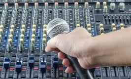 Live Sound Mixers ljudsignal och musikstudio Arkivbilder