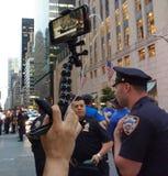 Live Streaming auf Social Media eine Anti-Trumpf-Sammlung, NYC, NY, USA Stockbilder