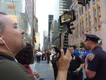 Live Streaming em meios sociais uma reunião do Anti-trunfo, NYC, NY, EUA fotos de stock