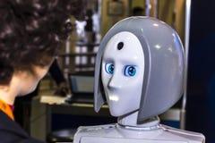 Live- und interessante Kommunikation zwischen einer Person und einem Roboter Stockfoto