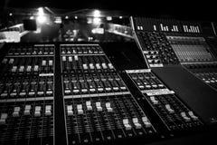 Live Venue Digital Audio Mixing konsolstolpe arkivfoto