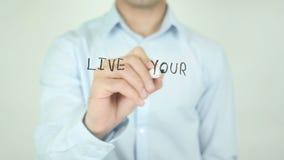 Live Your Best Life som skriver på skärmen arkivfilmer