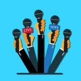 Liveberichtskonzept, Livenachrichten, Hände, Journalisten, Mikrophone, flache Art, Vektorwebdesign und infographic Stockbild