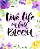 Liveleben herein voll der Blüte Inspirierend Sprechen, Handbeschriftungskarte mit warmen Wünschen Aquarellblumen und -bürste vektor abbildung