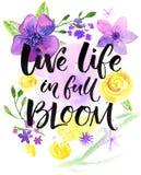 Liveleben herein voll der Blüte Inspirierend Sprechen, Handbeschriftungskarte mit warmen Wünschen Aquarellblumen und -bürste lizenzfreie abbildung