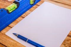 Livello blu della costruzione del fondo e un foglio di carta Immagine Stock Libera da Diritti