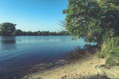 livello dell'alta marea in fiume Gauja, vicino alla città di Valmiera in Lettonia S Fotografie Stock