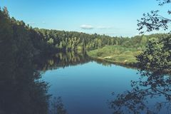 livello dell'alta marea in fiume Gauja, vicino alla città di Valmiera in Lettonia S Immagine Stock