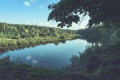 livello dell'alta marea in fiume Gauja, vicino alla città di Valmiera in Lettonia S Immagini Stock