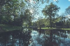 livello dell'alta marea in fiume Gauja, vicino alla città di Valmiera in Lettonia S Fotografie Stock Libere da Diritti