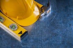Livello della costruzione del martello da carpentiere e casco della costruzione Immagine Stock Libera da Diritti