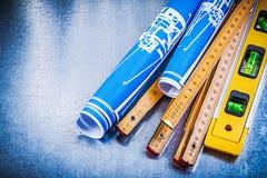 Livello di legno blu della costruzione del tester dei disegni di ingegneria sul incontrato su Fotografia Stock