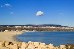 Livello solo bianco della nuvola nel cielo blu sopra la città di Varna e nella baia di Varna un giorno senza vento soleggiato Spi immagini stock