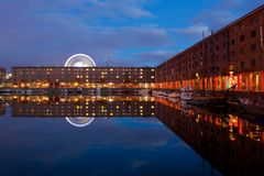 Liverpool Albert Dock och Ferris Wheel arkivfoton