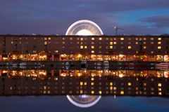 Liverpool Albert Dock och Ferris Wheel arkivbild
