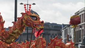 Liverpool-Chinesisches Neujahrsfest - anstarrend Sie aus- Dragon Dancers auf den Straßen von Liverpool Stockfotografie