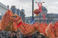 Liverpool-Chinesisches Neujahrsfest - anstarrend Sie aus- Dragon Dancers auf den Straßen von Liverpool Lizenzfreies Stockbild