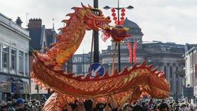 Liverpool-Chinesisches Neujahrsfest - anstarrend Sie aus- Dragon Dancers auf den Straßen von Liverpool Lizenzfreie Stockbilder