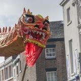 Liverpool-Chinesisches Neujahrsfest - anstarrend Sie aus- Dragon Dancers auf den Straßen von Liverpool Lizenzfreie Stockfotos