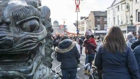Liverpool-Chinesisches Neujahrsfest - anstarrend Sie aus- Dragon Dancers auf den Straßen von Liverpool Lizenzfreies Stockfoto