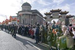 Liverpool-Chinesisches Neujahrsfest - anstarrend Sie aus- Dragon Dancers auf den Straßen von Liverpool Lizenzfreie Stockfotografie
