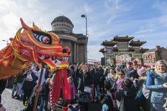 Liverpool-Chinesisches Neujahrsfest - anstarrend Sie aus- Dragon Dancers auf den Straßen von Liverpool Stockfoto