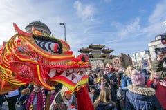 Liverpool-Chinesisches Neujahrsfest - anstarrend Sie aus- Dragon Dancers auf den Straßen von Liverpool Stockbilder