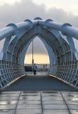 Liverpool Förenade kungariket - Februari 24, 2014: Man på slutet av bron över prinsessan Dock Royaltyfri Foto