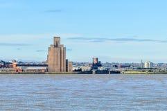 Liverpool, Großbritannien - 3. April 2015 - Ansicht von Birkenhead-Skylinen über dem Mersey-Fluss lizenzfreie stockbilder