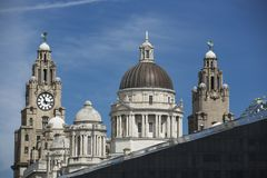 Liverpool, Großbritannien, im Juni 2014, Liverpool-Skyline mit dem königlichen Leber-Gebäude, Cunard-Gebäude und Hafen von Li stockbild