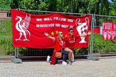 Liverpool heureux évente dans l'uniforme rouge, grande bannière avant la finale 2018, Kiev, Ukraine de ligue de champions d'UEFA, Photos stock