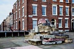 Liverpool, Inglaterra, 2015 01 25 - escultura da mala de viagem da rua da esperança Fotos de Stock