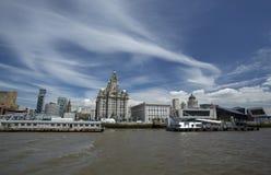 Liverpool Juni 2014, en plats över floden Mersey som visar Pier Head, med den kungliga leverbyggnaden, Cunard byggnad och port royaltyfria foton